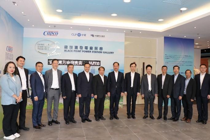 孟振平董事长(左七)一行参观龙鼓滩电厂