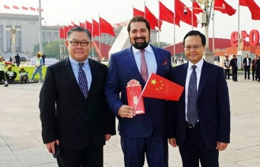 斐历嘉道理先生、陈绍雄总裁和RHO总经理蔡静伟先生在人民大会堂前留影