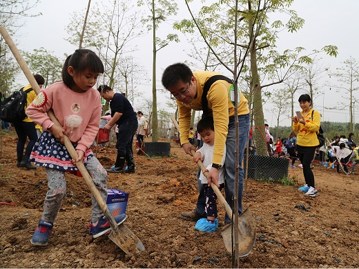 CLP volunteers from Fangchenggang Power Station take part in a tree-plating event